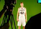 """Foto: Dāvis Bertāns piedalās Sanantonio """"Spurs"""" mediju dienā"""