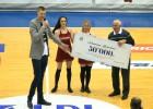 Video: Kristaps Porziņģis pirmajam trenerim Liepājā pasniedz 50 000 eiro pateicību