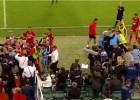 Video: Futbolists diskvalificēts par bumbu padevēja nogāšanu