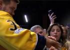 Video: Saderināšanās pasākumā NHL uzbrucējs piegādā gredzenu
