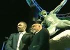 Video: Bolta statujas atklāšanā notiek aizķeršanās