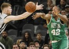 """Džinobili izrauj uzvaru pār līgas līderi """"Celtics"""", Bertānam 1/7 tālmetienos"""