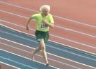 Video: 76 gadus vecs sprinteris bez apaviem dominē 200 metros
