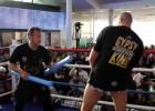 Video: Fjūrijs demonstrē sportisko formu, veikli izvairoties no gumijas nūjām
