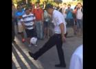 Video: Policists žonglē ar bumbu un sajūsmina Pasaules kausa fanus
