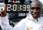 Kipčoge ar jaunu pasaules rekordu triumfē Berlīnes maratonā