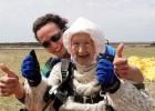 Video: 102 gadus veca kundze sasniedz pasaules rekordu izpletņlēkšanā