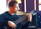 Video: Briedis demonstrē apgūtās iemaņas ģitāras spēlē