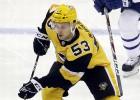 """Bļugers un citi jaunie """"Penguins"""" hokejisti ziedo pārtiku maznodrošinātajiem"""