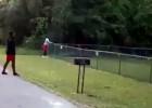 Video: Puiši apspēlē niknu suni un atgūst bumbu