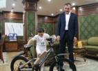 Video: Puika atspiežas 4445 reizes, par ko saņem dzīvokli, velosipēdu un viedtālruni
