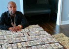 Video: Meivezers izrāda savu bagātību un kaitina nīdējus