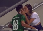 Video: Pēc panākuma steidzas bučot sievu, taču tikmēr vārti netiek ieskaitīti