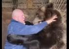 Video: MMA cīkstonis pieveic lāci