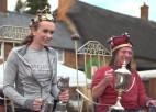 Video: Spītējot lietum, aizvadīts pasaules čempionāts kastaņu sišanā