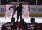 Video: Futboliste iesit NHL kluba vārtos