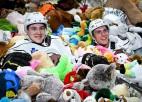 Video: Pasaules rekords mīksto rotaļlietu samešanā - 45 650