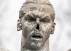 Ibrahīmoviča statujai Malmē norauts deguns