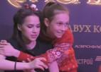 Video: Zagitova atbrīvojas no fanu rokām
