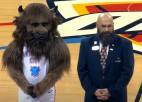 Video: NBA sezonas labākie momenti ar komandu talismaniem