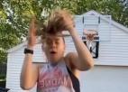 Video: Basketboliste izmēģina varenu metienu, taču dabū pa galvu