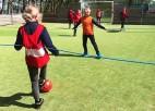 Video: Dāņi atraduši asprātīgu veidu, kā ieturēt distanci un spēlēt futbolu