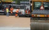 Foto: Biķernieku rallijkrosa trasē pirmo reizi tiek veikta ''netīrā seguma'' ieklāšana