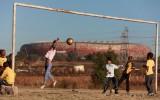 Futbols smiltīs, hokejs uz dīķa: kādā vecumā lomu sāk spēlēt treniņu apstākļi?
