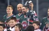 """Video: """"Ak Bars"""" sešiem hokejistiem neizšķirts cīņā pret 30 bērniem"""