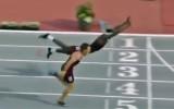 Video: Barjersprinteris finišē ar Supermena lēcienu