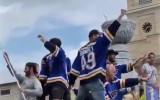 Video: NHL čempions parādes laikā nokrīt no mašīnas