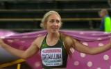 Video: Neitrālā sportiste pēc uzvaras skrien ar pledu, nevis karogu