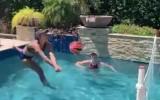 Video: Pludmales volejbolistes spēlē baseinā