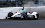 """Video: Alonso pēc avārijas """"Indy 500"""" treniņā ieslīd boksu celiņā"""