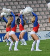 Karsējmeitenes futbola laukumā