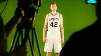 """Dāvis Bertāns piedalās Sanantonio """"Spurs"""" mediju dienā"""
