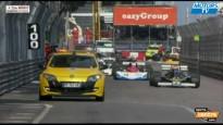 No vairāku metru augstuma Monako trasē tiek nomesta vēsturiska F1 mašīna