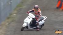 MotoGP zvaigzne Markess fotogrāfam <i>nosper</i> motorolleru