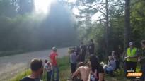 Krievu rallists sajauc ceļus un ietriecas skatītāju mašīnās