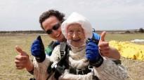 102 gadus veca kundze sasniedz pasaules rekordu izpletņlēkšanā