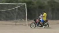 Futbola vārtsargs savā postenī atgriežas ar motociklu