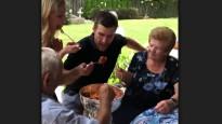 NHL čempions ēd makaronus no Stenlija kausa