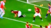 Futbolistam trāpa pa pēcpusi, bumba ielido savos vārtos