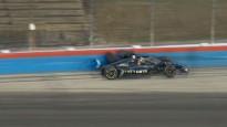 """""""IndyCar"""" pilots avarē, dzenoties pakaļ vadībā esošajam komandas biedram"""