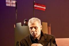 """Video: Ulmaņa pēdējās dienas Rīgas pilī. Izrādes """"Gūsteknis pilī"""" fragmenti"""