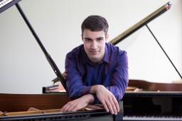 Rīgā gaidāms jaunā latviešu pianista Georga Kjurdiana solo koncerts