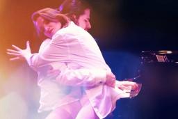 Osokins ļaujas jutekliskai dejai uz skatuves