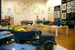 Pasaku muzejā skatāmas seno spēkratu rotaļlietas