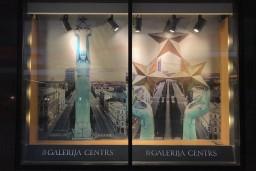 """Īpašā fotosesijā virs Rīgas veidotās putna lidojuma bildes rotā t/c """"Galerija Centrs"""" skatlogus"""