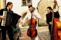 "Čellists Marks Viļenskis aicina uz koncertu ""Pavasara tango""."
